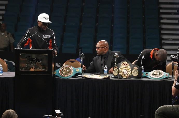 Floyd Mayweather mostra cinturões conquistados em coletiva pós luta contra Pacquiao (Foto: Evelyn Rodrigues)