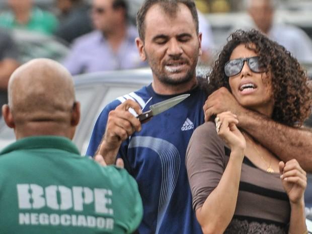 Sequestrador identificado como Robson Martins da Silva mantém uma mulher refém em frente ao Palácio do Buriti, sede do governo do Distrito Federal, em Brasília. Sequestrador foi atingido por bala de borracha e acabou preso; vítima não teve ferimentos (Foto: Josemar Gonçalves/Jornal de Brasília/Estadão Conteúdo)