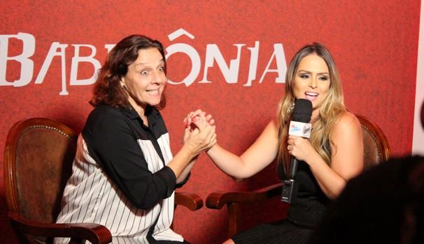 A atriz entrou no clima da personagem Zélia com a apresentadora do Mais Caminhos (Foto: Bruno Teixeira)