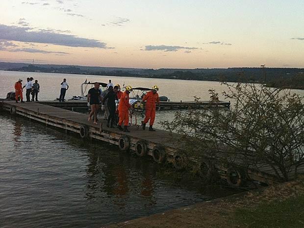 Bombeiros transportam ujma das vítimas de acidente com barco no Lago Paranoá, em Brasília, na tarde desta terça-feira (7) (Foto: Káthia Mello/G1)