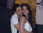 Zezé Di Camargo posa abraçadinho com Graciele Lacerda em gravação