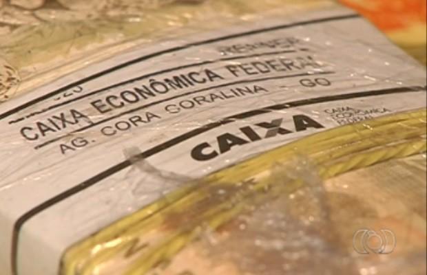 Algumas notas estão com identificação da Caixa Econônima Federal, em Goiânia, Goiás (Foto: Reprodução/ TV Anhanguera)
