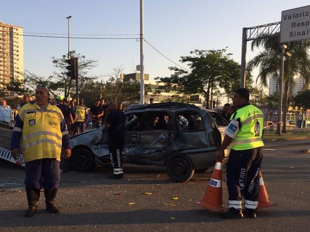 Carro ficou destruído após colidir contra ônibus do BRT na Avenida das Américas, na Barra da Tijuca (Foto: Patrícia Teixeira/G1)