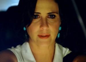 Manoela sai dirigindo enlouquecida (Foto: Guerra dos Sexos / TV Globo)