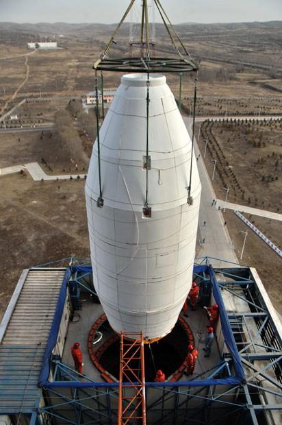 conjunto coifa e adaptador do 3º estágio contendo o satélite CBERS-3 é integrado ao lançador Longa Marcha 4B (Foto: Divulgação/Inpe)