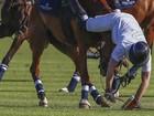 Príncipe Harry cai de cavalo durante partida de polo na África do Sul