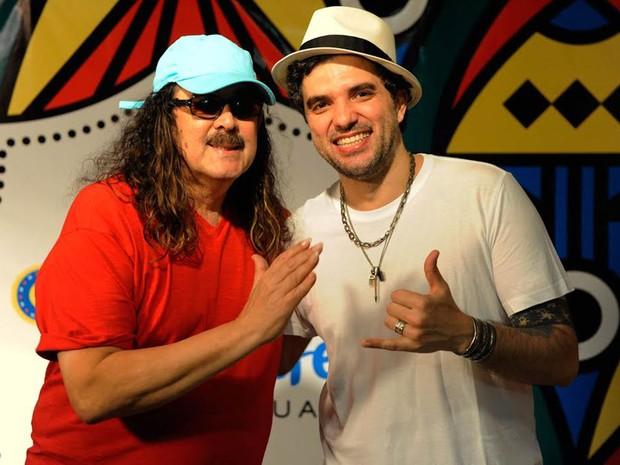 Pai e filho, Moraes Moreira e Davi Moraes, se apresentam no último dia do carnaval do Recife (Foto: Diego Moraes / G1)