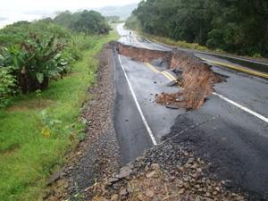 Na SC-155, em Itá, asfalto também cedeu (Foto: PMRv/Divulgação)