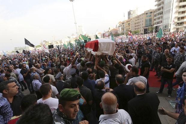 O funeral do chefe da inteligência do Líbano reuniu centenas de pessoas neste domingo. Ele foi morto na última sexta, após um atentado no centro de Beirute (Foto: Jamal Saidi/Reuters)