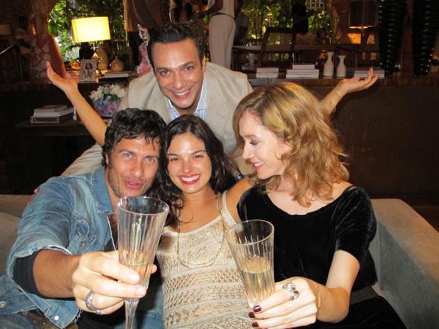 Isis Valverde rodeada por colegas de elenco de 'O canto da Sereia': Gabriel Braga Nunes (à esquerda), Marcelo Médici e Camila Morgado (Foto: Estevam Avellar/Digulgação TV Globo)