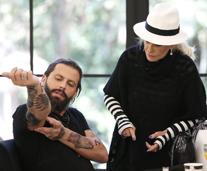 Herni Castelli conta que tem 36 tatuagens falsas pelo corpo para personagem (Foto: Ellen Soares/Gshow)