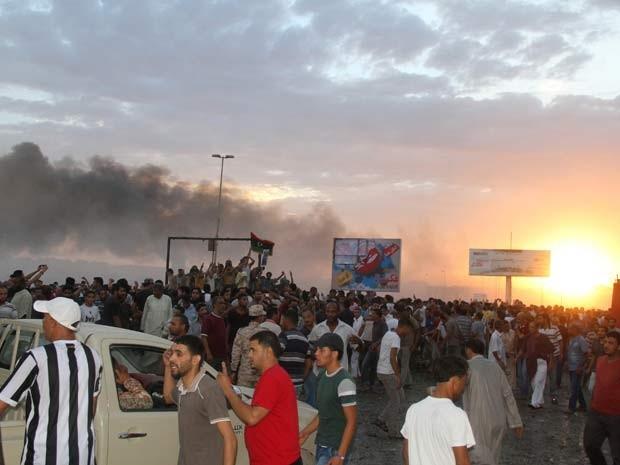 Moradores de Tobruk se reúnem em local de queda de avião militar, nesta terça-feira (2) (Foto: REUTERS/Stringer)