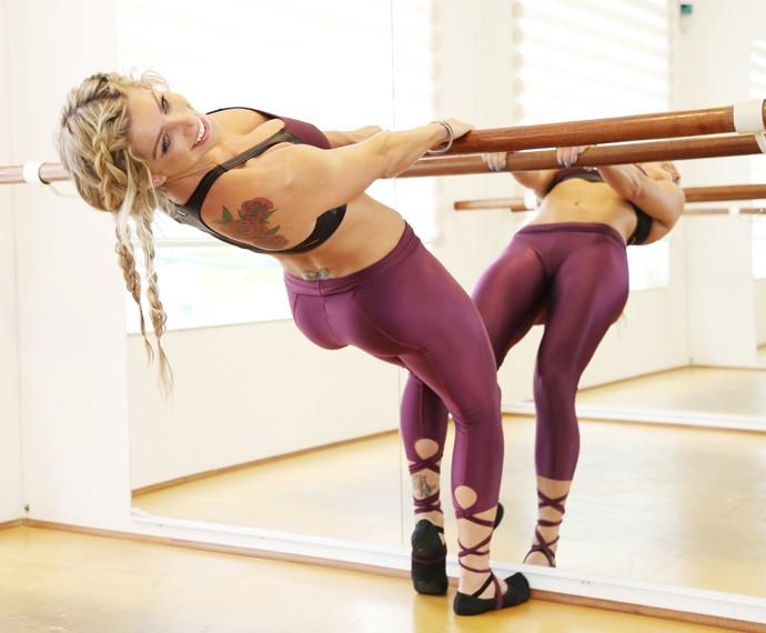 Karina Bacchi faz balé fitness (Foto: Carol Caminha / Gshow)