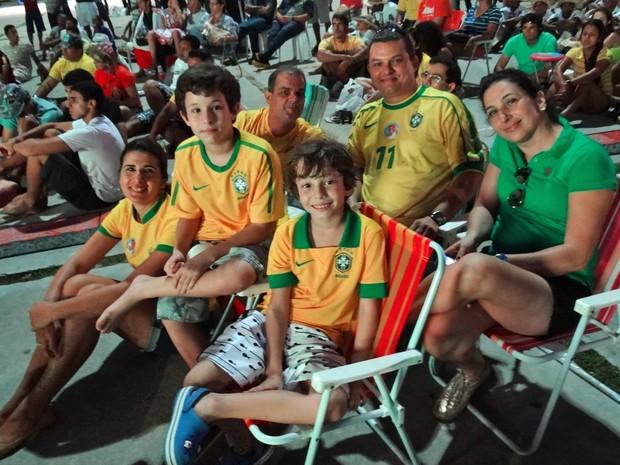Família Vinhais assistiu ao jogo no Dona Lindu. (Foto: Katherine Coutinho/G1)
