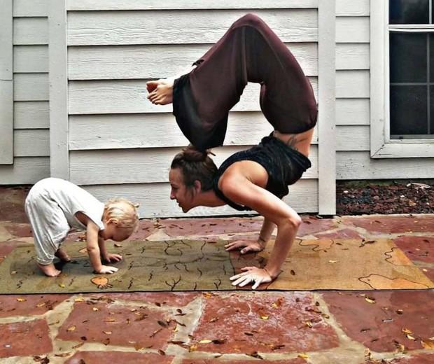 Carlee Benear adora praticar yoga com os filhos (Foto: Reprodução Instagram @carleebyoga)