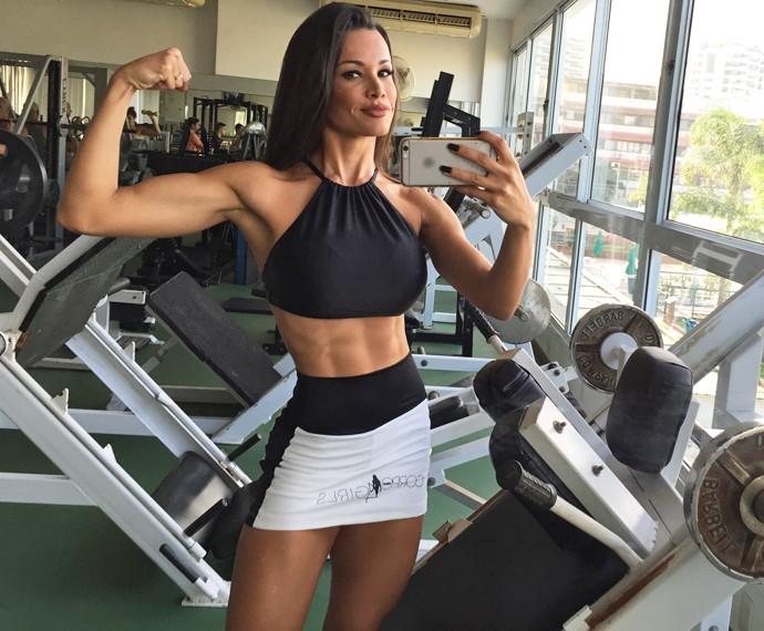 Fernanda D'avila tira foto ao fim do treino (Foto: Guilherme Toscano / Gshow)