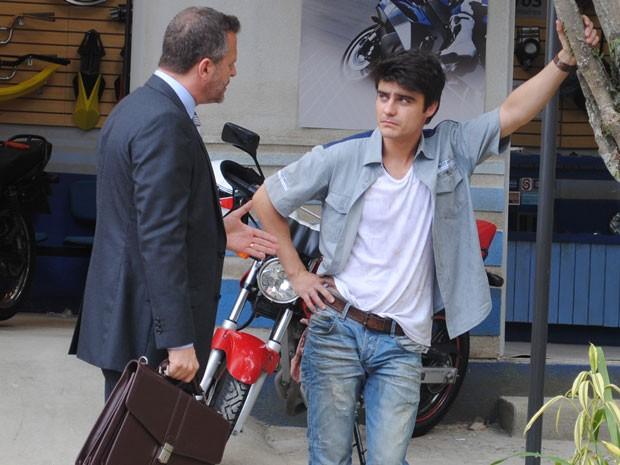 Olavo vai até a oficina e diz a Vitor que seu processo será reaberto  (Foto: Malhação / Tv Globo)