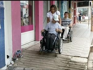 Rampas de acessibilidade se tornam obstáculos (Foto: Reprodução/TV Anhanguera)