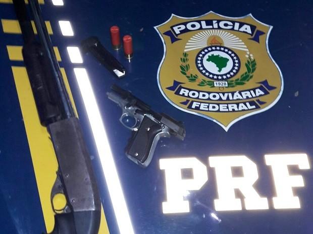 Uma espingarda e uma pistola foram apreendidas após o confronto   (Foto: Divulgação/PRF)