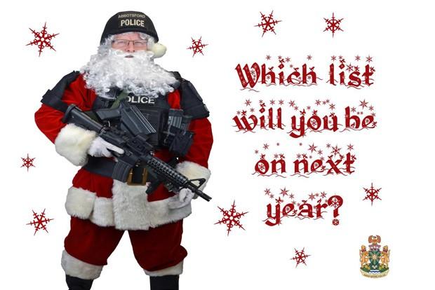Chefe de polícia aparece vestido de Papai Noel armado em cartão enviado para criminosos (Foto: AFP)