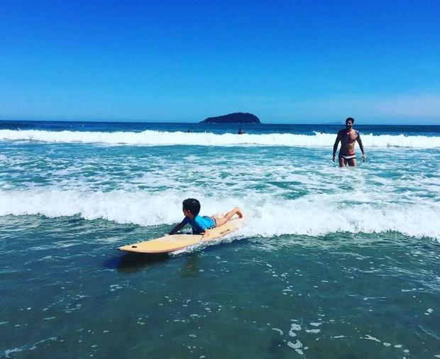 Leandro D'lucca se divertindo com o filho, Gael (Foto: Reprodução/Instagram)