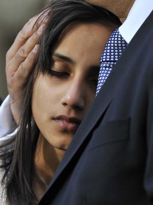 Lisha, filha de Jacintha Saldanha é consolada durante missa na catedral de Westminster (Foto: Reuters)