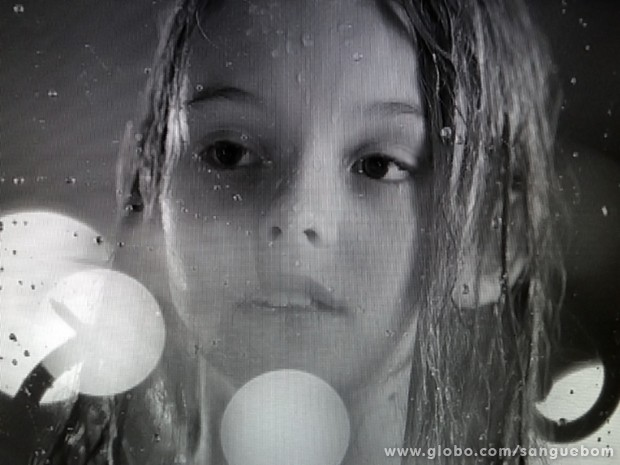 Amora, ainda criança, perambula na rua sob forte temporal (Foto: Sangue Bom/TV Globo)