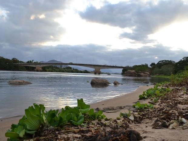 Água turva começou a chegar a Baixo Guandu  (Foto: Viviane Machado/ G1)
