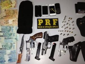 Com os suspeitos, a polícia apreendeu armas, munição e uma quantia em dinheiro (Foto: Divulgação/PRF)
