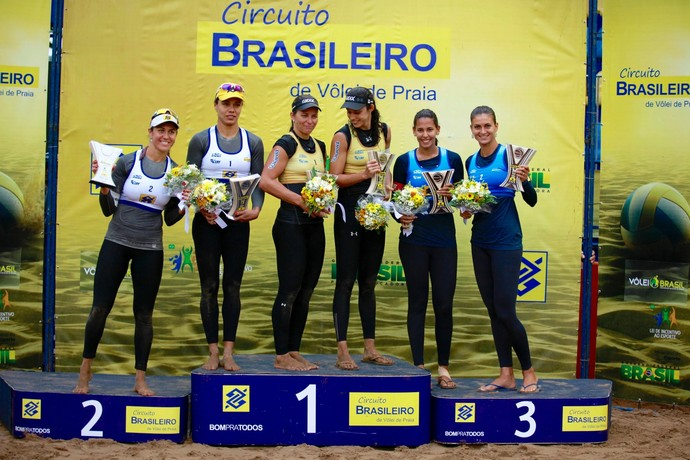 Pódio da etapa de Curitiba do Circuito Brasileiro de Vôlei de Praia (Foto: Paulo Frank/CBV)