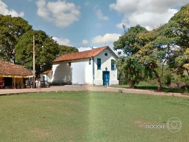 Imagem mostra como era capela em Bento Rodrigues antes do rompimento da barragem de Fundão (Foto: Reprodução/TV Globo)