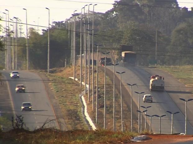 Motoristas que não usarem farol em rodovias estaduais serão multados Goiás (Foto: Reprodução/TV Anhanguera)