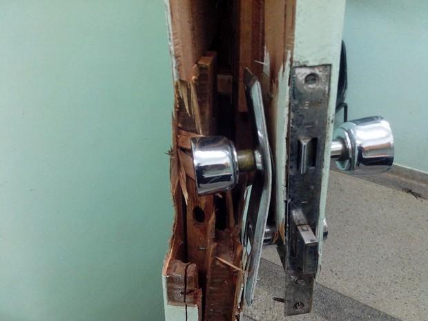Porta da UBS foi arrombada na invasão (Foto: Divulgação/Guarda Municipal)
