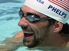 Michael Phelps dá aula de natação a jovens do Complexo do Alemão (RJ)