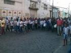 Crianças mortas em incêndio a casarão na Bahia são enterradas
