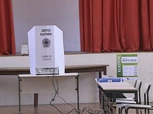 Eleitor não pode entrar com equipamentos eletrônicos na cabine  (Foto: Reprodução / TV TEM)