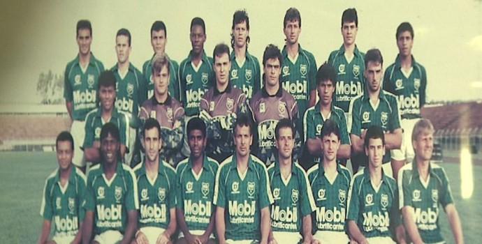 Foto do time do União São João de Araras na década de 1990 (Foto: Marlon Tavoni/EPTV)