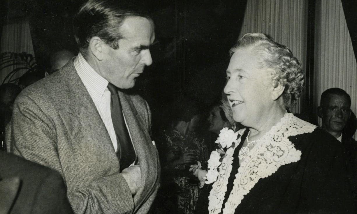 Agatha Christie e Bill Collins conversando durante a festa de lançamento de seu 50º livro (Foto: The Christie Archive Trust)