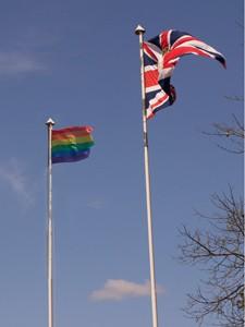 A bandeira gay (esq.) hasteada ao lado da do Reino Unido na embaixada britânica (Foto: Renato Pattini/Embaixada Britânica)