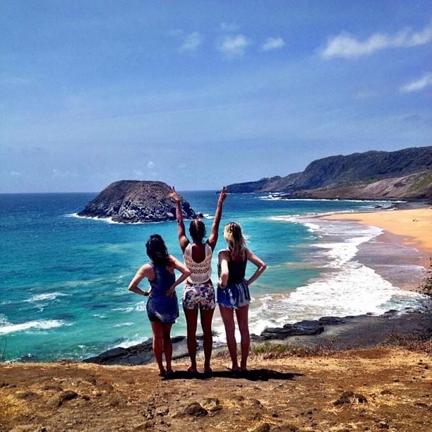 Fernanda Vasconcellos com Talitha Morete e Julia Faria na praia do Leão (Foto: Reprodução)