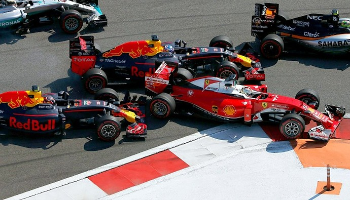 Daniil Kvyat bate na traseira de Sebastian Vettel no GP da Rússia (Foto: Reuters)