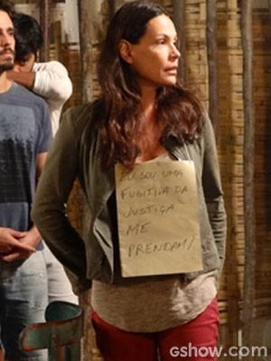 LC manda Tereza para Tapiré com cartaz preso ao corpo (Foto: Além do Horizonte / TV Globo)