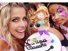 Karina Bacchi ganha bolo de aniversário com boneca personalizada