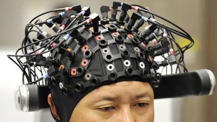 Eletroencefalograma conectado à Internet e assistido por robô foi usado para captar os pensamentos de quem originou a mensagem (Foto: Reprodução/Sky News)