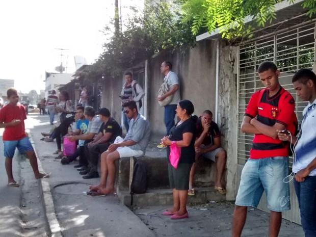 Paradas de ônibus ficaram lotadas durante a manhã desta segunda (3). (Foto: Camila Torres / TV Globo)