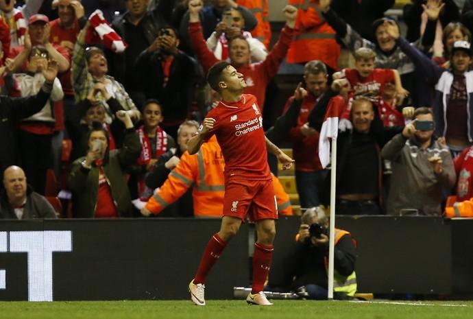Philippe Coutinho comemora o quarto gol do Liverpool contra o Everton no Campeonato Inglês (Foto: Reuters)
