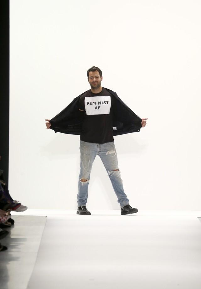 Ao fim do desfile neste sábado (11.02), Jonathan Simkhai fez questão de receber os aplausos dos convidados de peito aberto para exibir a camiseta em favor dos direitos das mulheres (Foto: Getty Images)