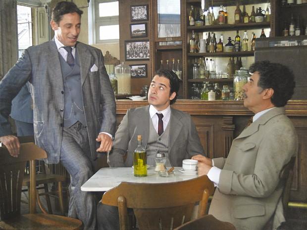 Frederico chega bem na hora que Mario ia arrancar a verdade de Luciano (Foto: Lado a Lado/TV Globo)