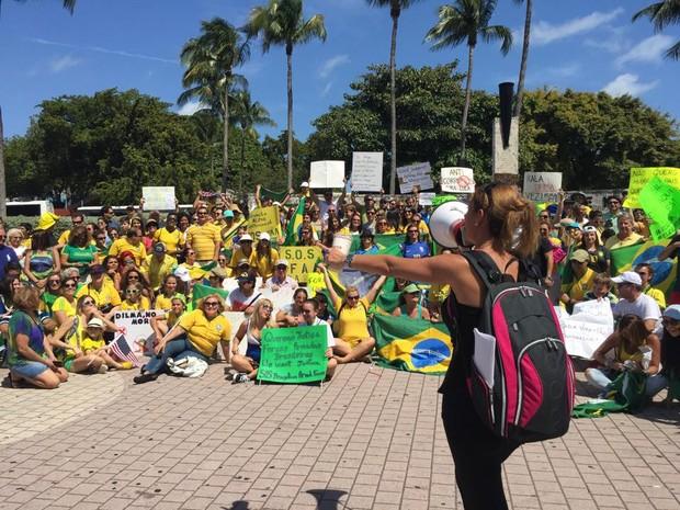 Débora Rosenn, de 39 anos, conduz manifestação contra o governo em Miami (Foto: Carolina Camargo/G1)