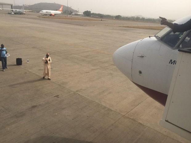 Homem invadiu a pista do aeroporto e piloto de avião teve que negociar para que ele saísse e permitisse a decolagem do avião (Foto: Reprodução/Twitter/CedaR C. Chinwuba)